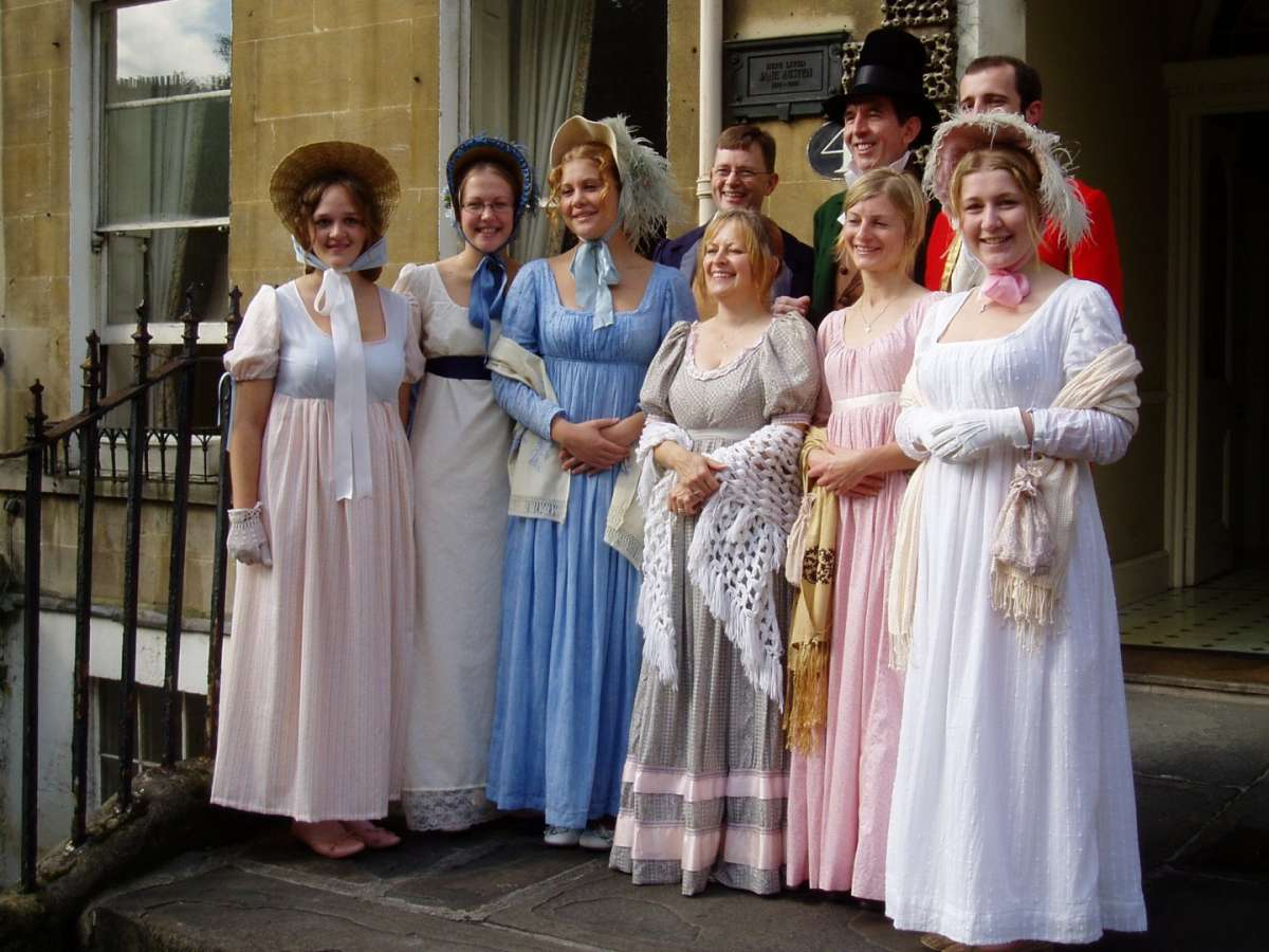 interpreti-in-costume-d-epoca-davanti-al-jane-austen-centre